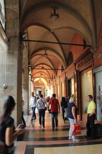 512px-Bologna_-_busy_arcade